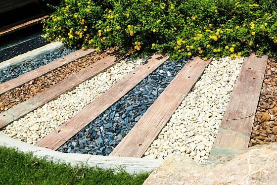 Zahradní cesta by neměla být vzorníkem veškerého dostupného materiálu.
