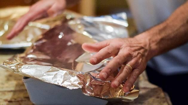 Zakrytí nádoby hliníkem je pro jídlo nejméně problematické.