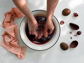 K obarvení textilu můžeme využít také slupky z avokáda.