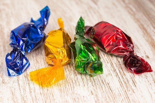 Kulaté věci můžeme zabalit do celofánu podobně jako bonbony.