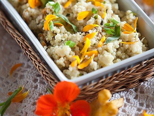 jarní salát s květinami
