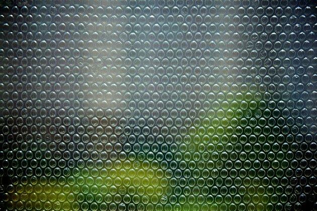 sklo pokryté bublinkovou fólií