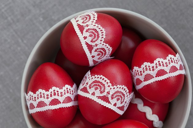 Červená barva je typická pro zdobení velikonočních kraslic.