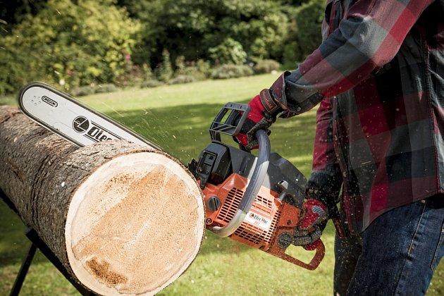 Přípravu dřeva na zimu vám usnadní kvalitní nástroje.