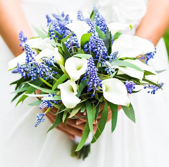 Hravá kytice jako stvořená pro jarní svatbu