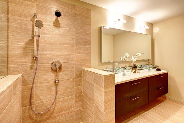 Sprcha volně do prostoru? Proč ne... Někdy to jde i bez postranních zídek.