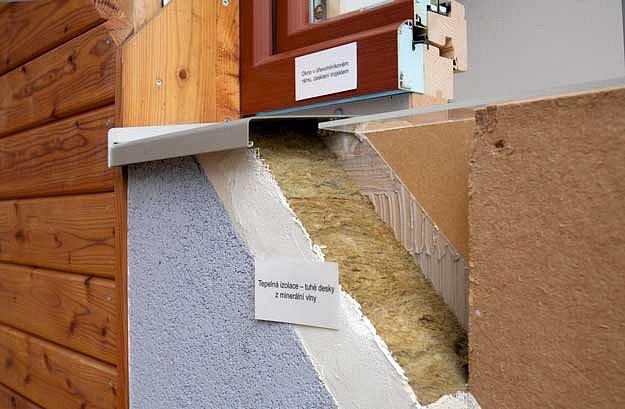 Stěna lehké dřevostavby obalená izolací