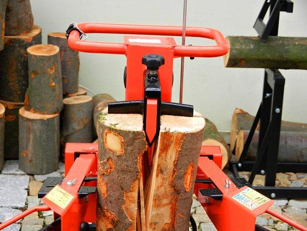 Příprava dřeva na zimu není snadná.