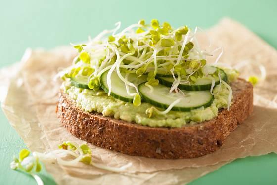 Chléb s pomazánkou z avokáda je zdravou svačinou