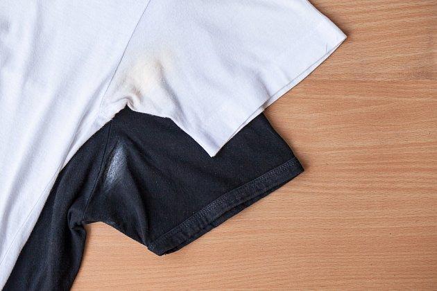 Babské rady, jak odstranit skvrny od potu na oblečení