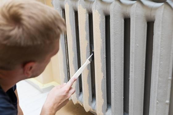 Zahnutý štětec natře radiátor i v méně přístupných místech