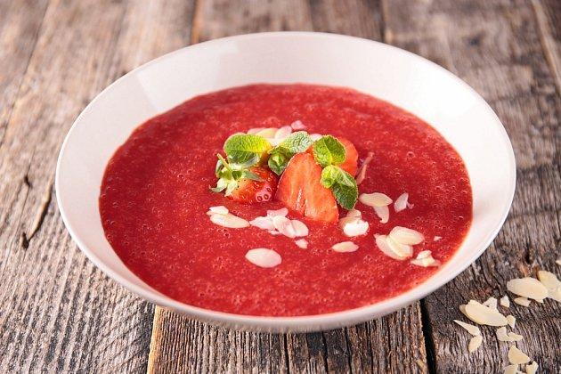 Z jahod lze připravit osvěžující polévku