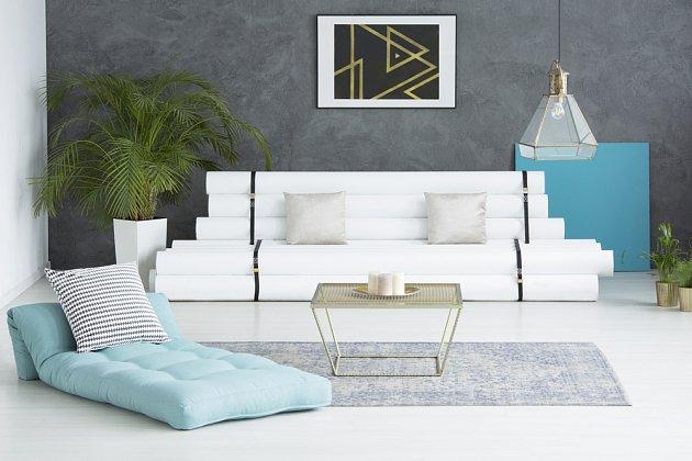 Pastelové barvy snese i moderní interiér. Černý prvek a zajímavé svítidlo jsou třeničkou na dortu.