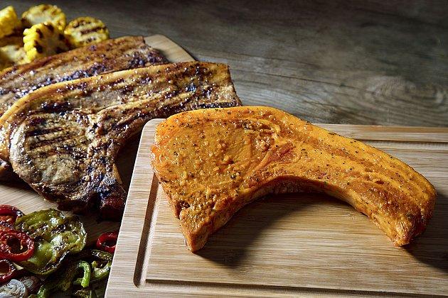Tenhle koupený steak v marinádě je seříznutý na pomezí bůčku a kotlety. Na své si tak přijde každý.