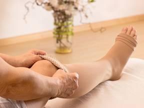 Kompresní punčochy jsou při léčbě křečových žil účinnou pomůckou