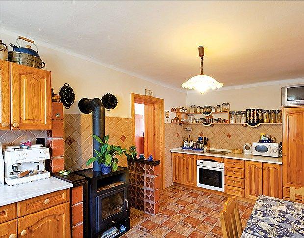 Kuchyňku rozveselilo bukové dřevo a modrobílé doplňky