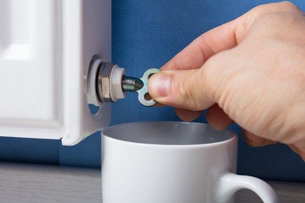 Při odvzdušňování je vhodné mít po ruce nádobu na unikající vodu.