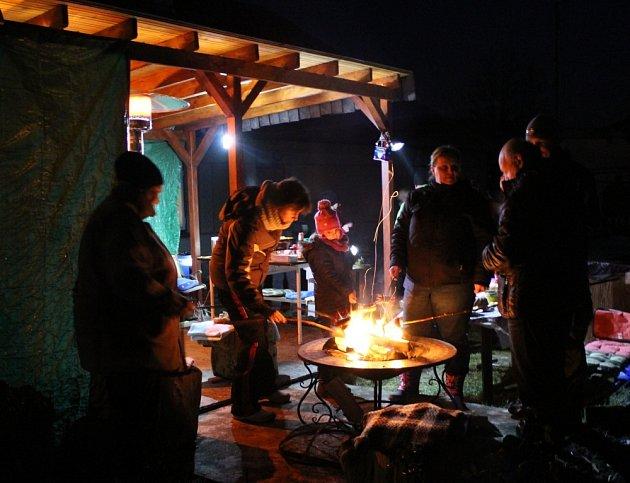 Přátelé se pozvání na zimní grilování nezalekli.
