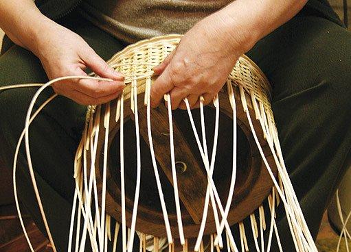 Košíkářské formy při pletení pomáhají udržet pravidelný tvar i velikost koše jedné série
