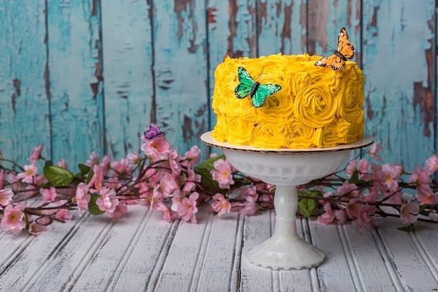 Jarní náladu dortu vdechne barva krému a motýlci z jedlého papíru.