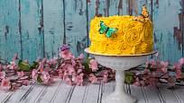 Jarní náladu dortu vdechne barva krému.