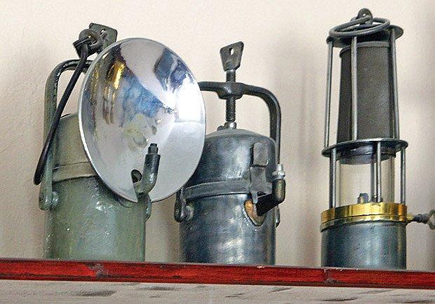 Sbírka zahrnuje i hornické karbidky, které spalovaly acetylen.