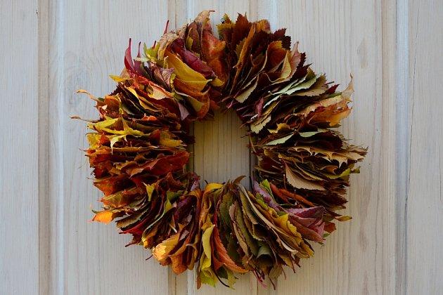 Podzimní věnec z barevného listí.