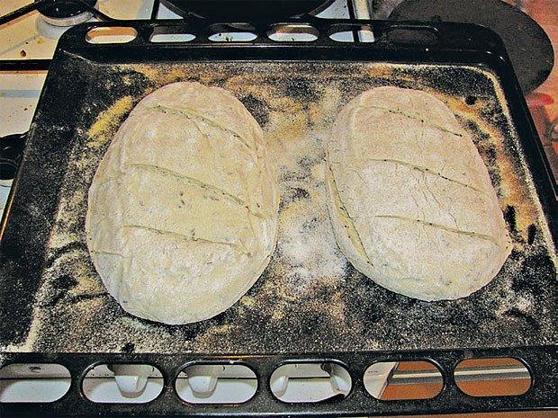 Řezy žiletkou (!) usnadní odpaření vody z pečeného chleba