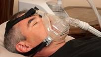 Přístroj usnadňující dýchání ve spánku.