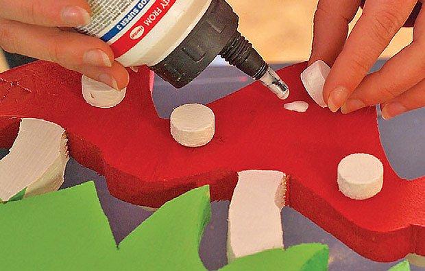 Muchomůrky obarvíme a nalepíme puntíky