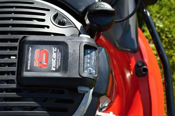 Startovací baterii pravidelně nabíjíme.