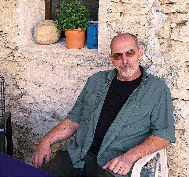 Právě na terase, kterou sám dláždil, sedává Ivo velmi rád