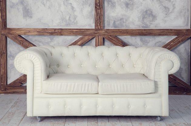 Bílá sedačka z kvalitního odolného a otěruvzdorného materiálu vydrží větší zátěž.
