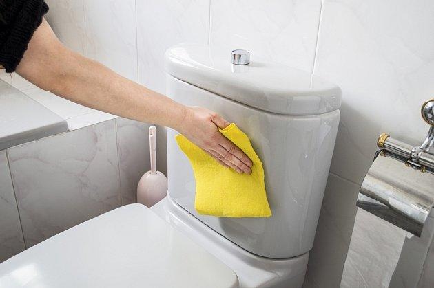 Součástí úklidu je i očištění nádržky toalety.