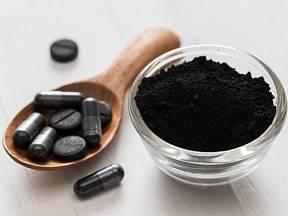 Aktivní uhlí je významnou látkou filtrující nečistoty.