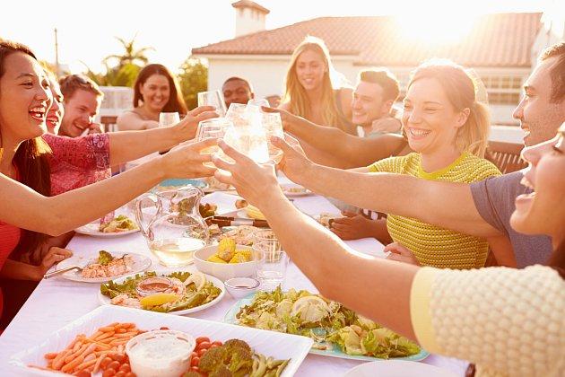 Znáte pověru o škodlivosti pití během jídla?