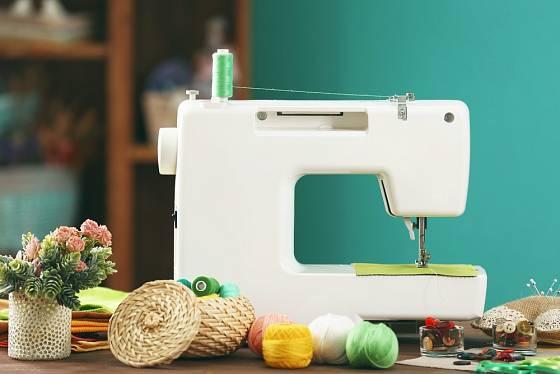 Elektrické šicí stroje zastanou v mnoha domácnostech spoustu práce.
