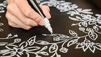 Na tabulovou barvu můžeme psát také tzv. tekutými křídami.