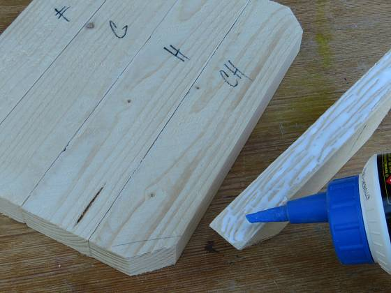 Výroba dřevěné trojnožky: Všechny lišty slepíme k sobě