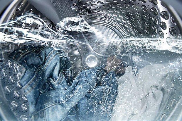 Inteligentní pračky podle množství prádla nadávkují množství pracího prášku i vody.