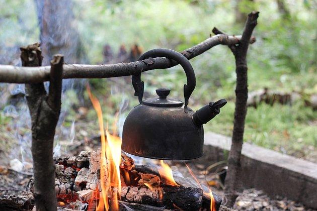 Existují různé způsoby uchycení nádob nad ohněm.
