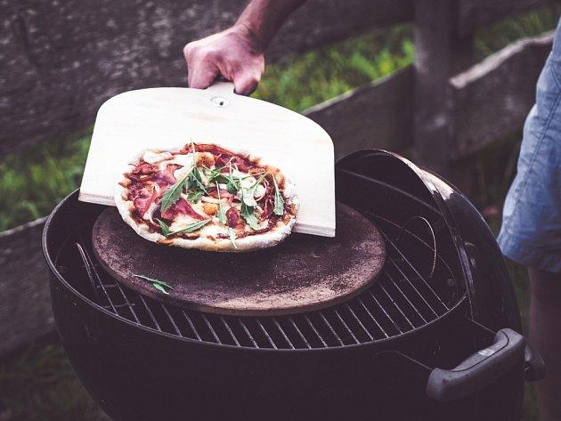 Na grilu můžeme připravit i pizzu.