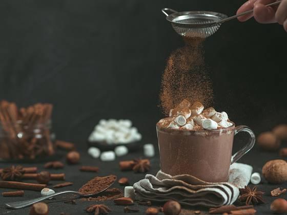 S dekorací horké čokolády se dá vyhrát.