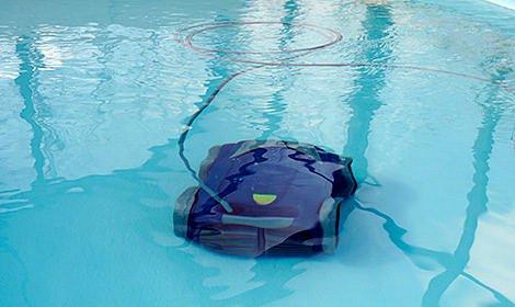Bazénový vysavač zbaví bazén nečistot u dna a na stěnách.