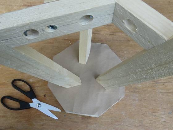 Výroba dřevěné trojnožky:  Nohy značíme na spodku dýnka