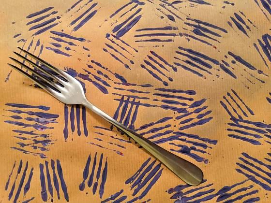 Balicí papír ozdobíte pomocí vidličky