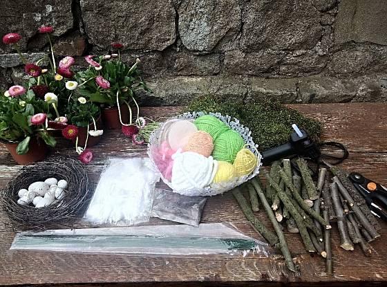 Suroviny a pomůcky k výrobě jarního věnečku ze sedmikrásek.