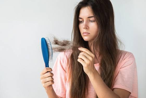 Nedostatek železa se může projevit i zhoršenou kvalitou vlasů.