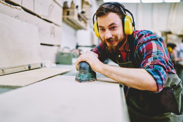 Vibrační bruska perfektně obrousí dřevo nebo kov před natíráním.
