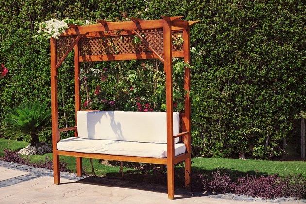 Dřevěná lavička s polstrováním pro příjemné posezení.